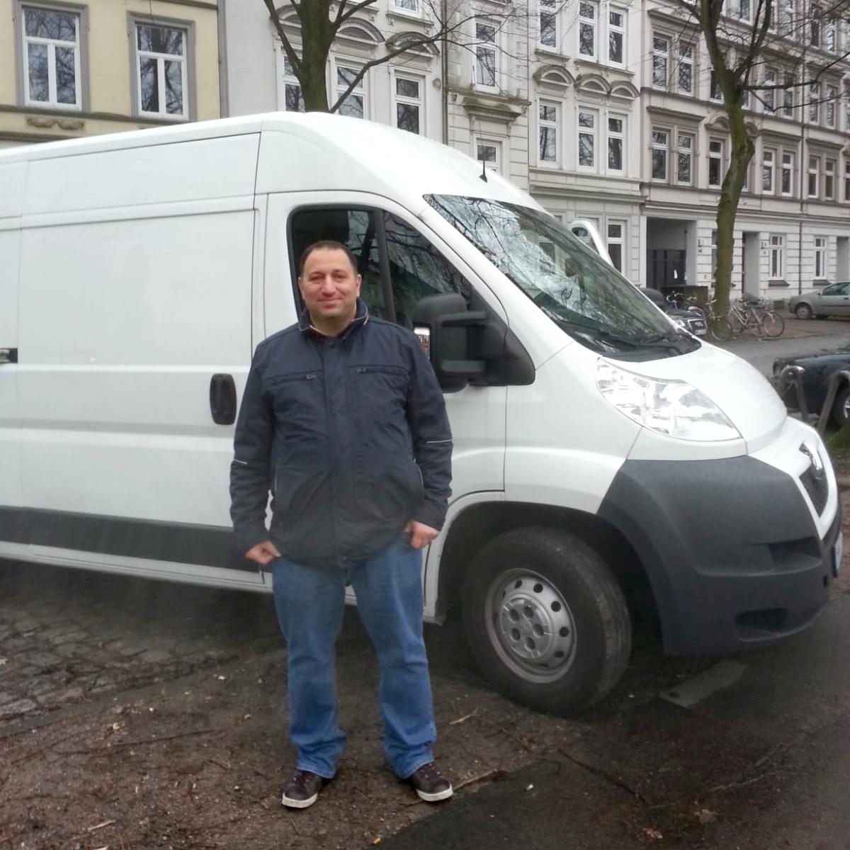 Dani Dandan vor seinem Transporter